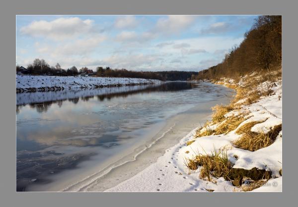 Прикрепленное изображение: Footprints in the snow.jpg